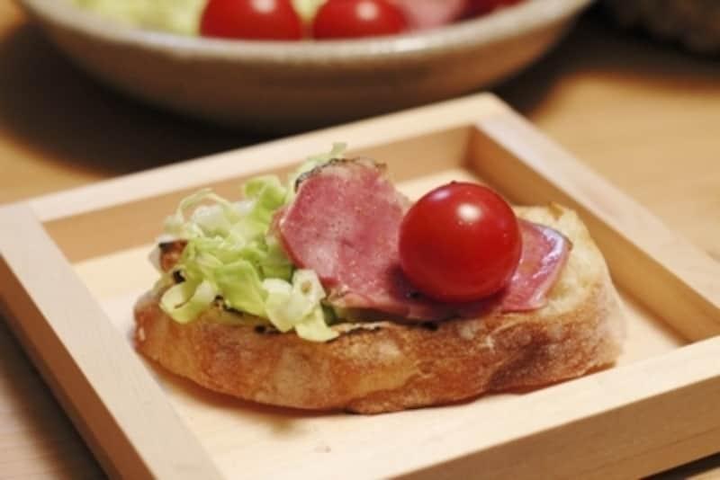 焼いたパンは、山崎さんデザインの升重で。器、弁当箱として使え、底面の縁に段差があるため、収納もぴたっと収まる。木製の器はパンの水分を程よく吸収し、パリっと頂ける。