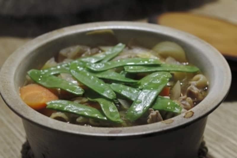大谷哲也さんの土鍋。鍋っぽくないフォルムで、そのままどーんとテーブルにサーブできる。保温性がよく、熱がゆっくり伝わるので、肉じゃがにしっかり味が染み込む。