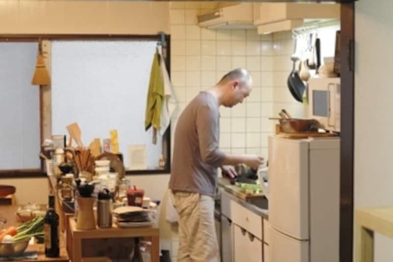 キッチンに立つ山崎さん。(撮影:minokamo)
