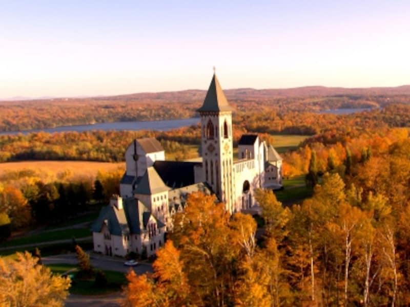 イースタンタウンシップス最大の見どころ、サンブノワデュラック修道院(C)Hurteau,Paul;Parent,Claude,AbbayedeSaint-Beno?t-du-Lac,TourismeQu?bec