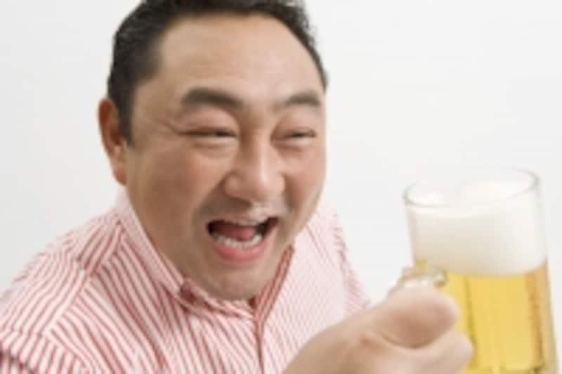 アルコールを飲んでいる男性