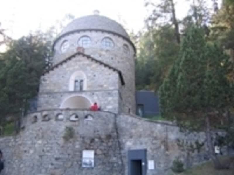 石造りのドーム型が特徴のセガンティーニ美術館