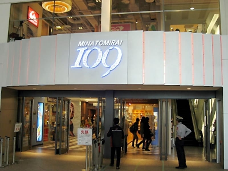 クイーンズスクエア横浜[アット!]1st 1~3階に誕生した「MINATOMIRAI109」のエントランス