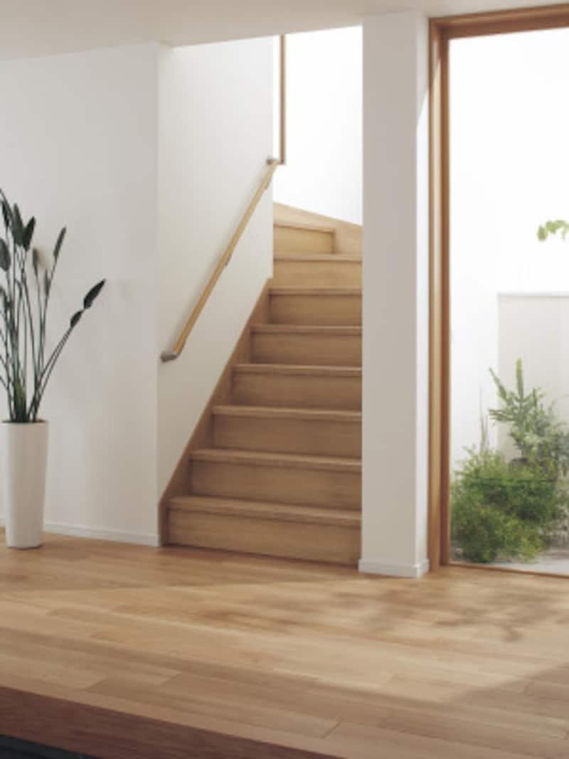 玄関から2階への動線は、十分に検討を。滑りにくいタイプや使いやすい手すりなどにも配慮して。[インテリア建材 ベリティス システム階段箱型階段スリップレスタイプ] パナソニックエコソリューションズ http://sumai.panasonic.jp/