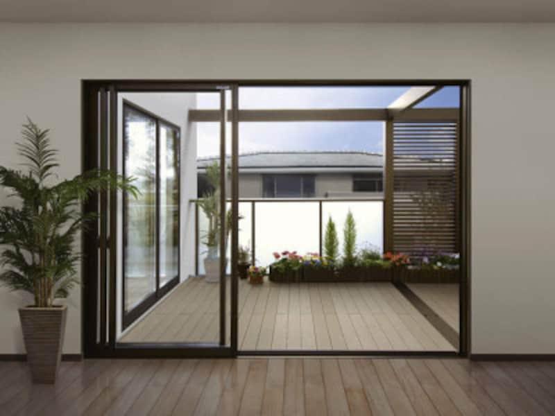 大きな窓から外空間をつなげることで、広がりを実現。 [大型空間バルコニーエアキューブ] YKKAPhttp://www.ykkap.co.jp/