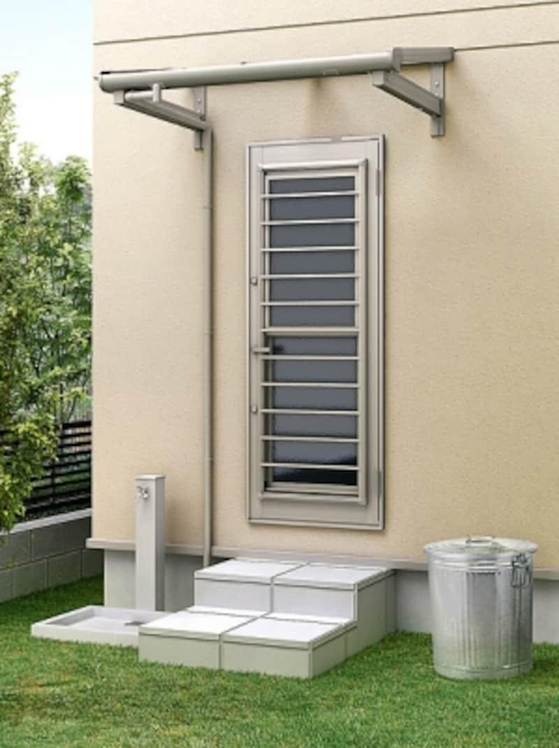 勝手口近くにスペースがあればゴミ箱の一時置き場としても。水場があると便利。[パワーアルファundefinedundefinedF型undefinedルーフ・900タイプundefinedシャイングレー]LIXILundefinedhttp://www.lixil.co.jp/