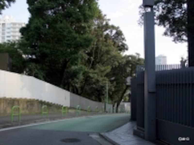「パークマンション三田綱町」(左上)と「パークマンション三田綱町ザフォレスト」建設地(右下)