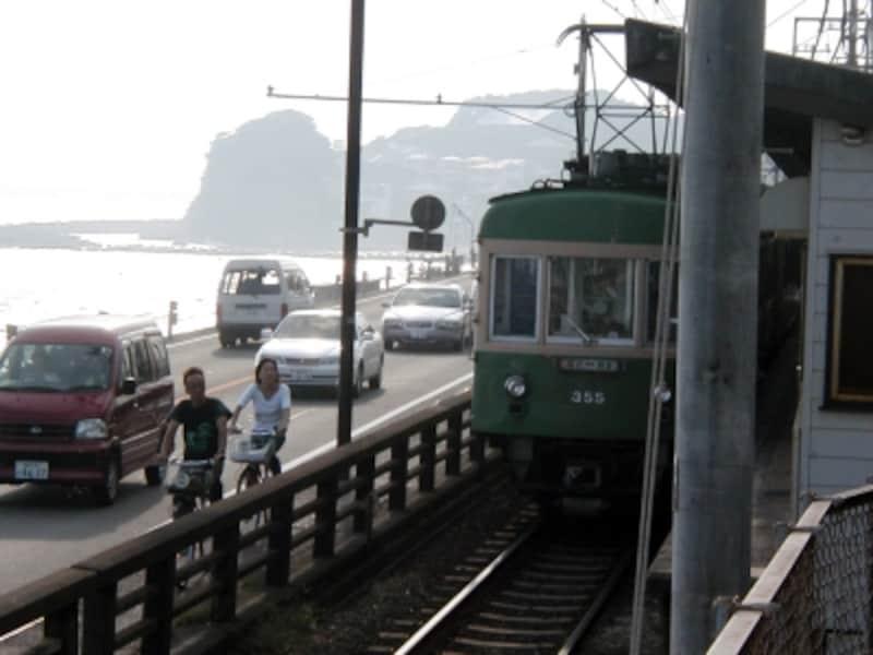「鎌倉高校前」駅と小動岬