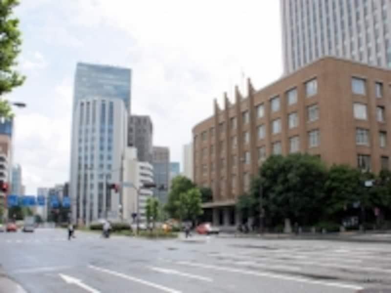 「虎ノ門」は、現在の文化庁(右)の前方辺りに設けられた