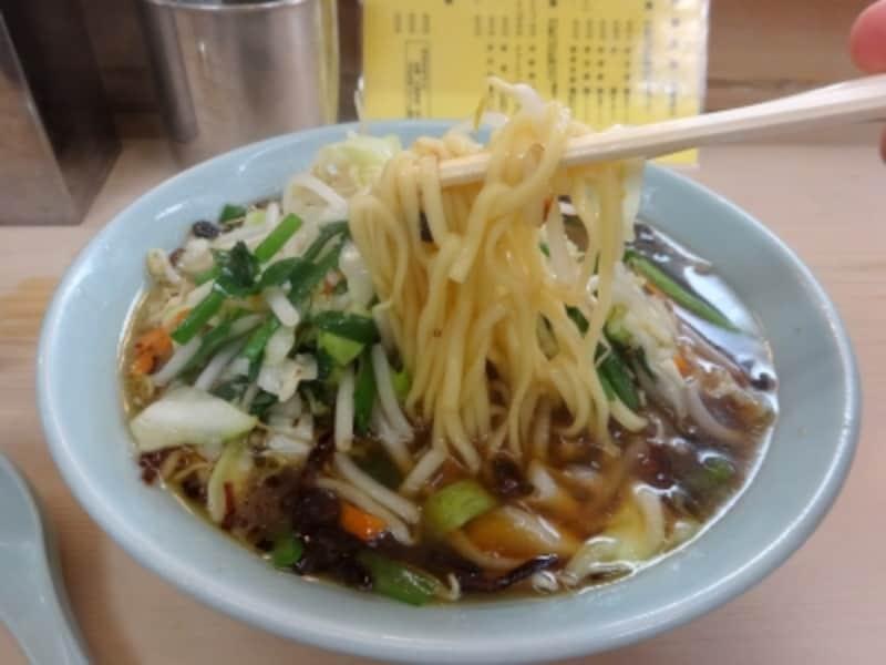 スープは容赦の無い醤油味。旨い。