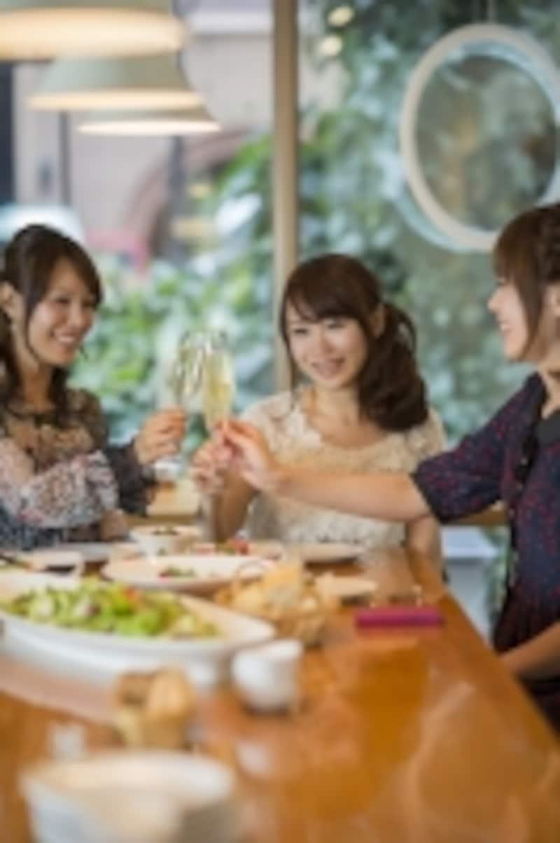 お酒を飲んでいる女性たち