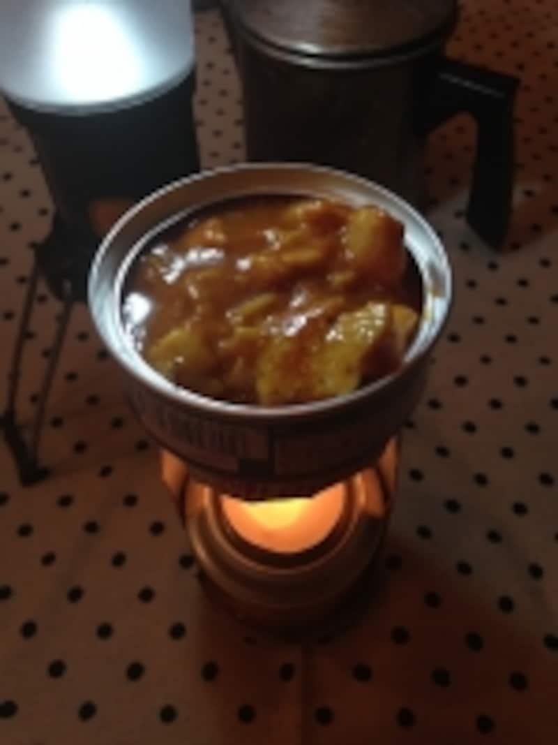 缶ビールの空き缶にキャンドルでソースを温める