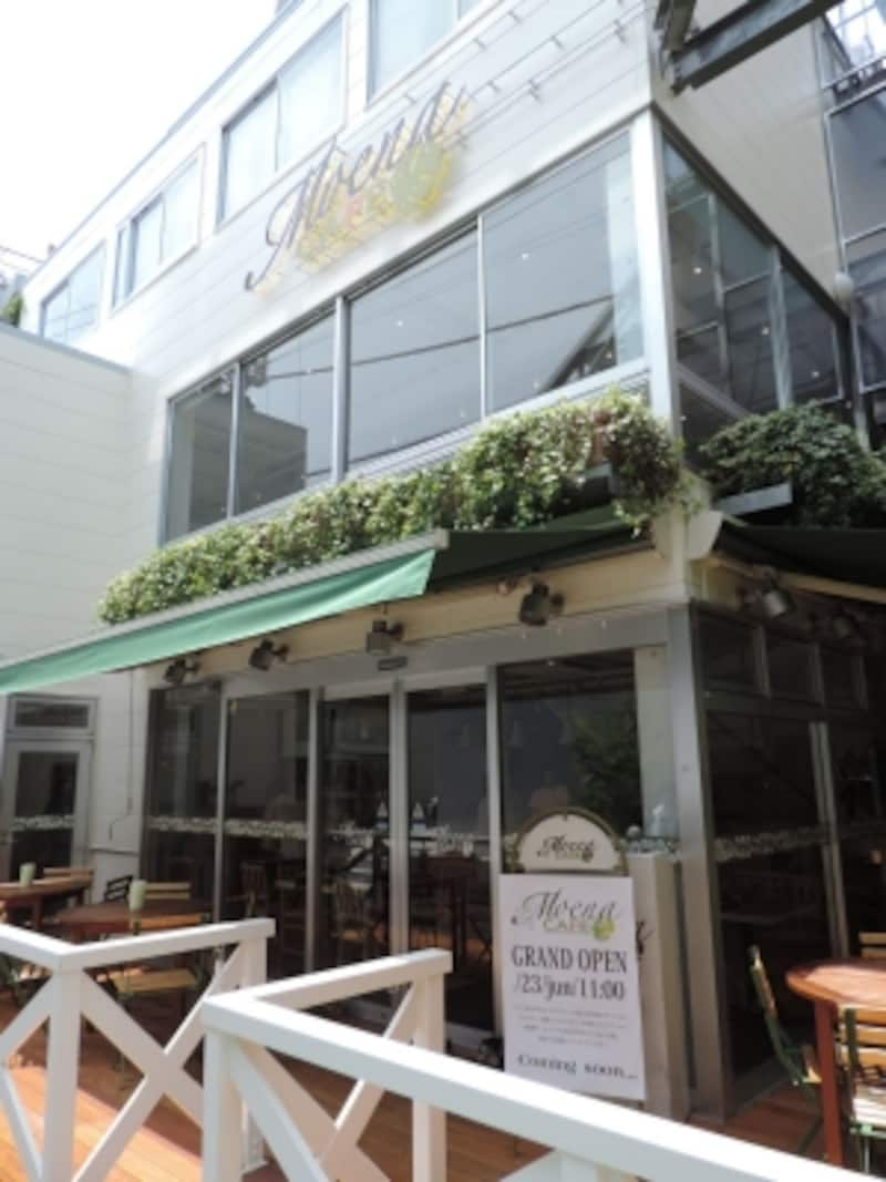 テラス席もある3階建て「モエナカフェ」の店舗外観