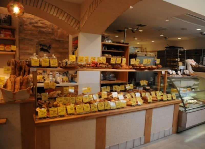ハード系のパンから惣菜パン、焼き菓子まで、アッシュならではの雰囲気