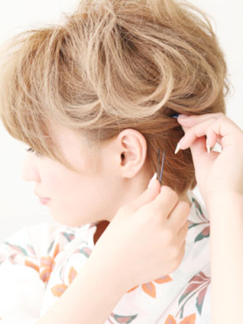 耳後ろの髪をピンで固定