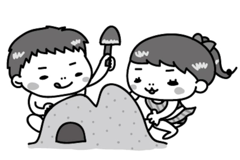 【モノクロ】砂浜で砂遊びをする子どもたちです。