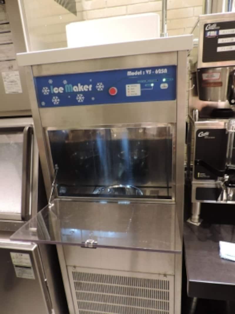 「カフェベネ」の「パッピンス」のベースを作る、専用のかき氷機