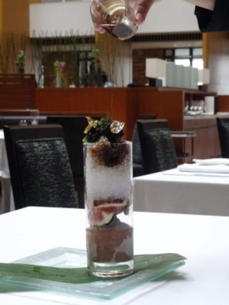 「パティシエ特製かき氷」の「キャヴィア」には熟成バルサミコ酢とヘーゼルナッツのキャラメル風味シロップをかけて