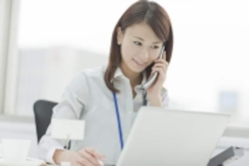 電話で交渉する女性