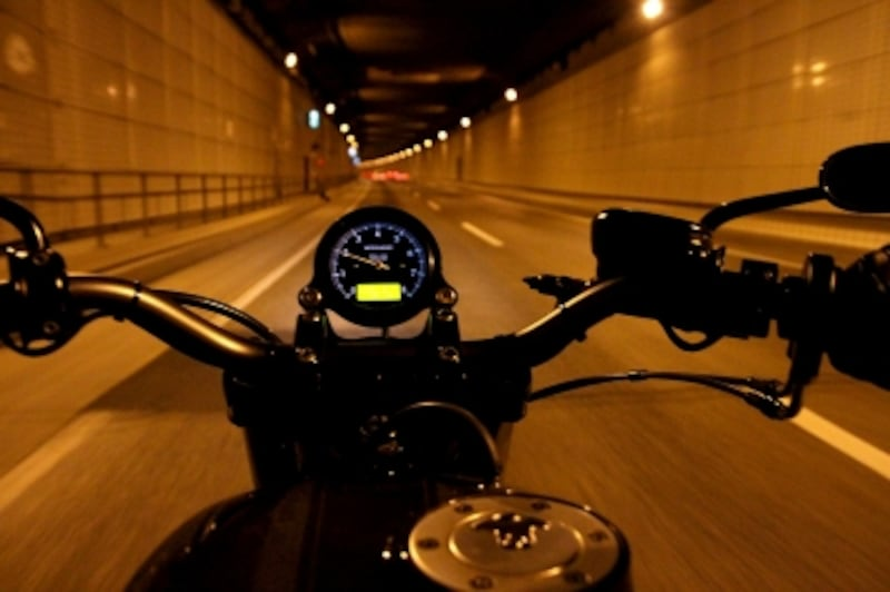 バイクで夜の街を駆け抜ける!
