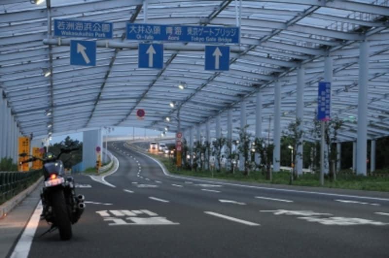 東京ゲートブリッジへと続く道。