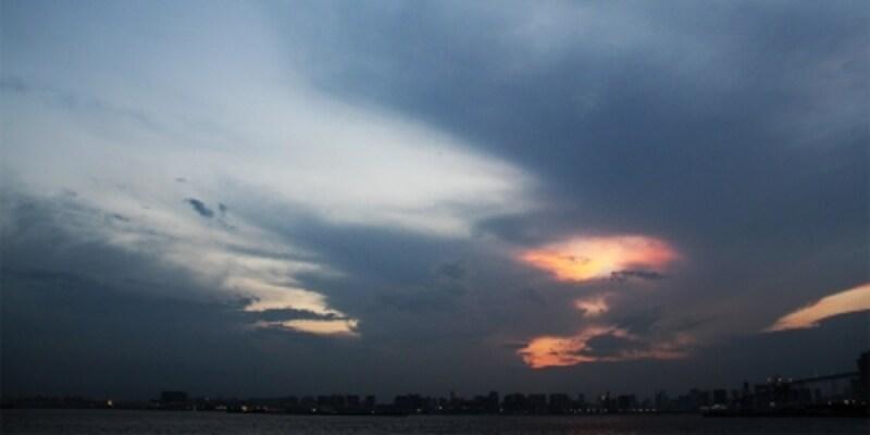 東京の空が赤く焼け、夜の到来を告げてくれます。