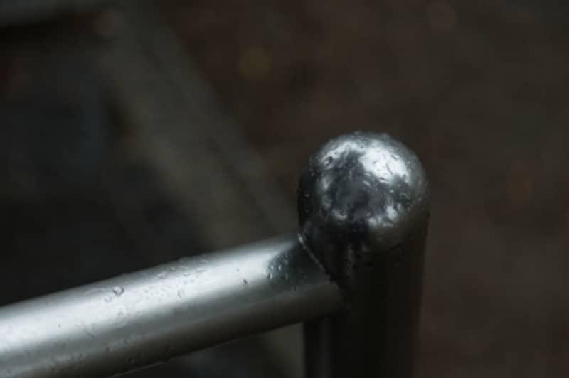 濡れた金属の柵