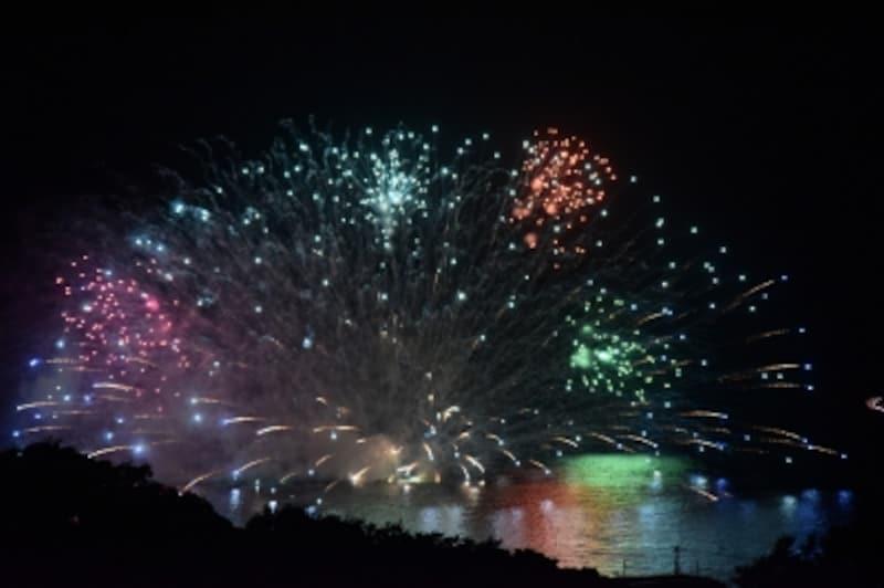 色とりどりの花火が、夜空と夜の海を彩る