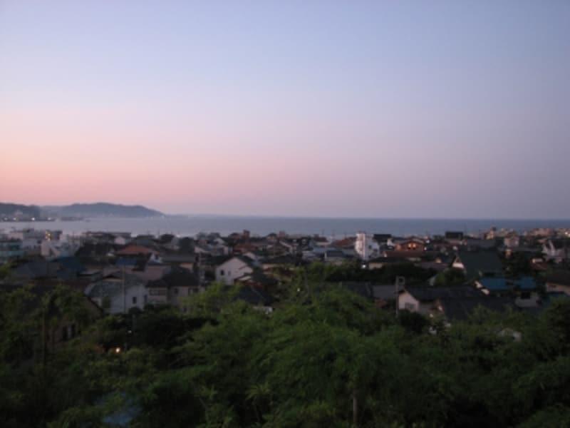 長谷寺境内から見た夜明けの由比ヶ浜(長谷寺境内より)