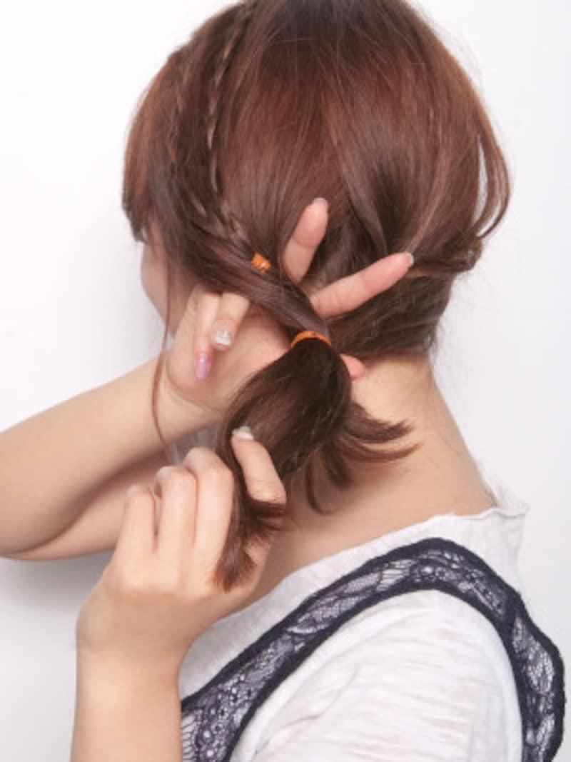 結び目の上を二つに分けるように内側から指を入れる