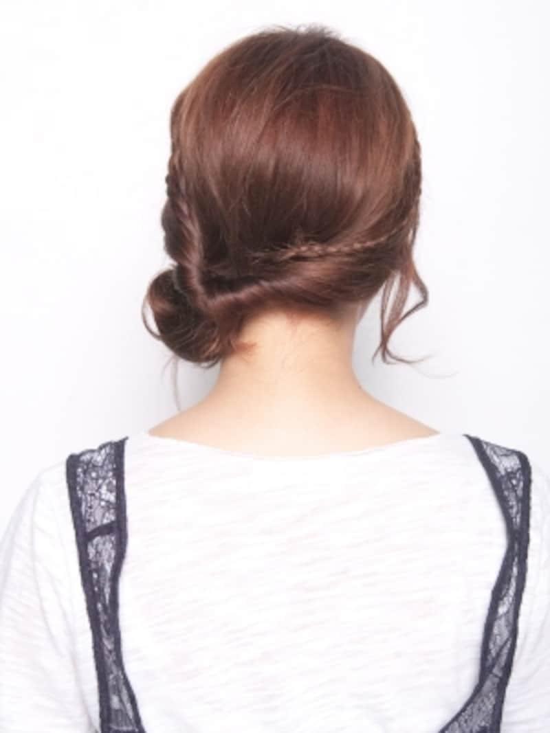 細三つ編みがかわいい!シニヨン風サイドヘアアレンジ