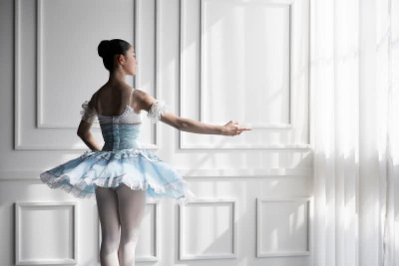 小さな子どもがお団子頭にしてバレエのレッスンに通う姿をご覧になったことがあるかと思います。バレエのレッスンでまとまりの良い髪の毛のスタイルを考えてみましょう。