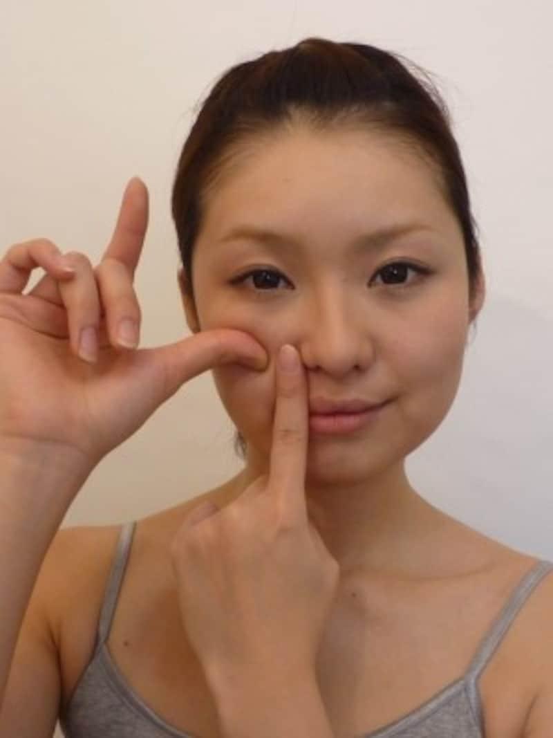 右の親指で巨りょうを押さえる。