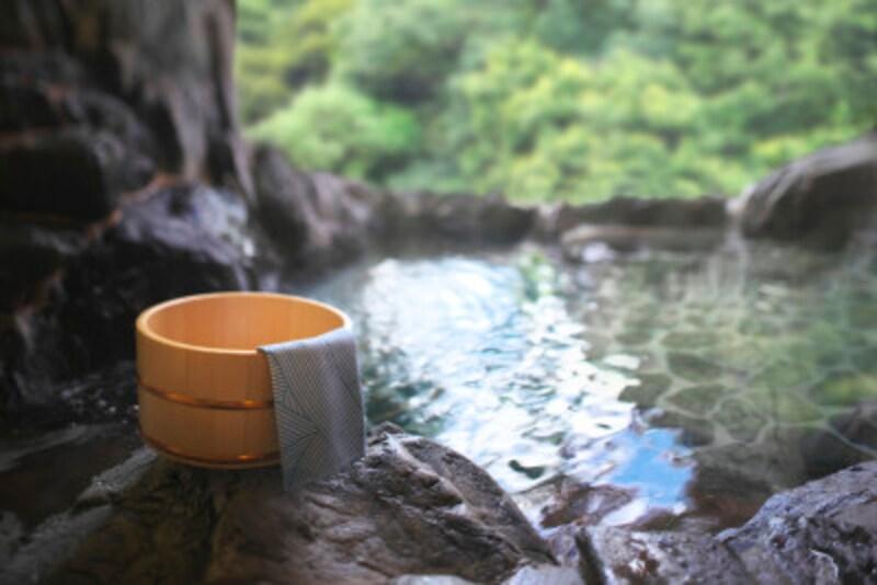 暑い季節にこそぬるい温泉がおすすめ!