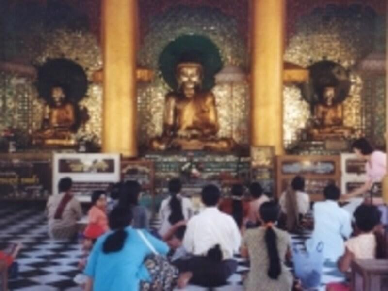 仏の前で祈りをささげるミャンマーの人たち。ミャンマーは世界でも代表的な仏教国の一つ