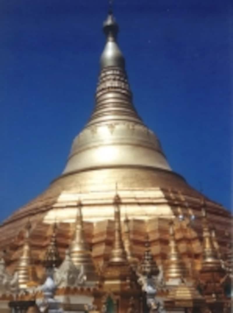ヤンゴンのシンボル、金色まばゆいシュエダゴォンパゴダの仏塔