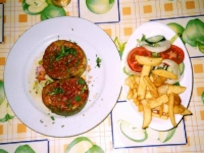 地中海の太陽で育った大振りの野菜料理に、ポテトとサラダがマルタ料理の定番!