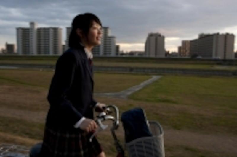 自転車で通学する風景