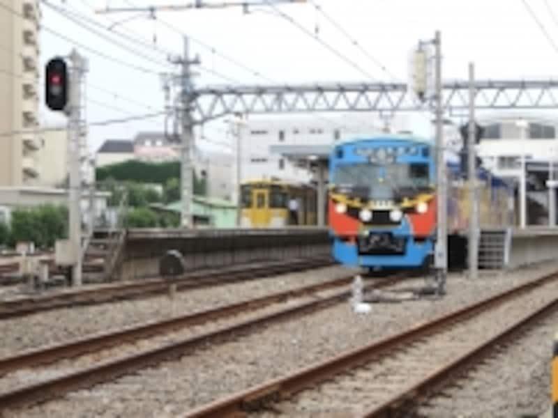 東長崎駅と電車