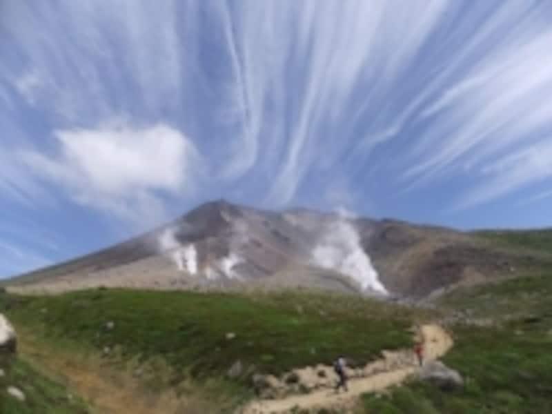 噴気孔へ向かう道から眺める旭岳