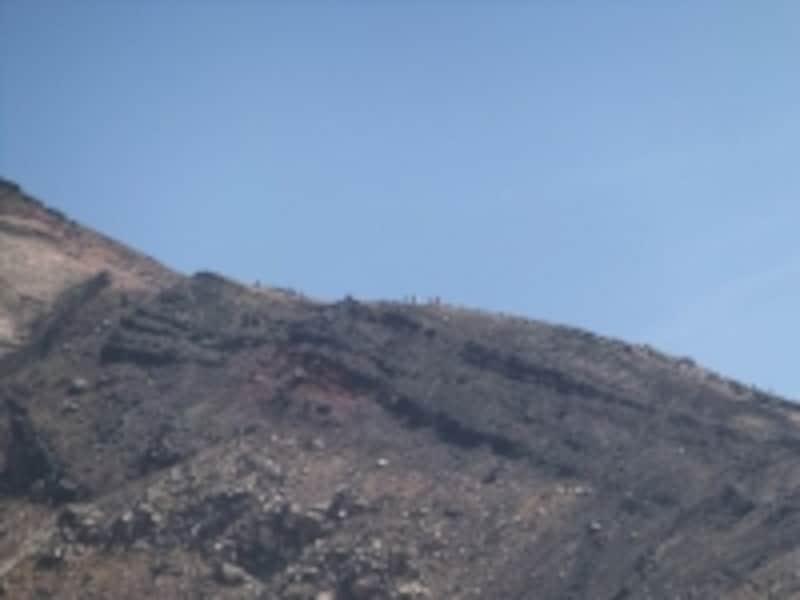 旭岳への稜線を登山者が登り下りする様子