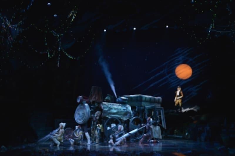 『キャッツ』撮影:荒井健undefinedみんなでゴミを拾い集め、汽車を創り上げて歌う「スキンブルシャンクス」