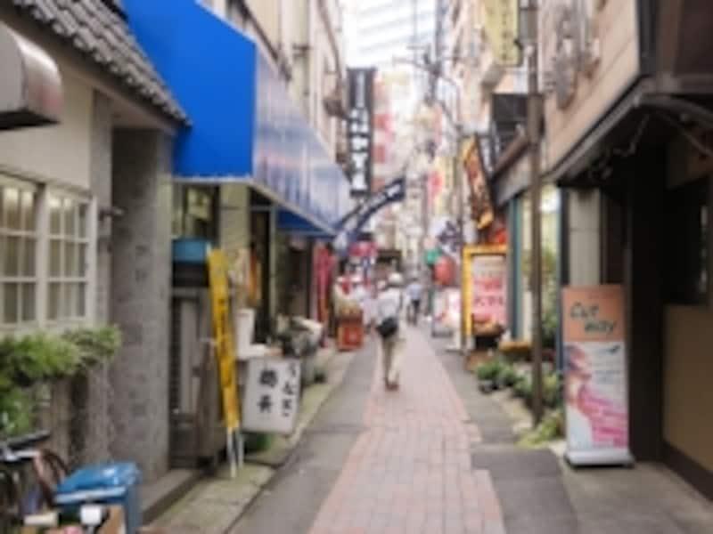 飲食店の並ぶ路地