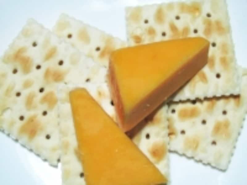 低血糖予防のスナックはタンパク質と糖質のコンビが理想的です。写真はチーズ&クラッカー