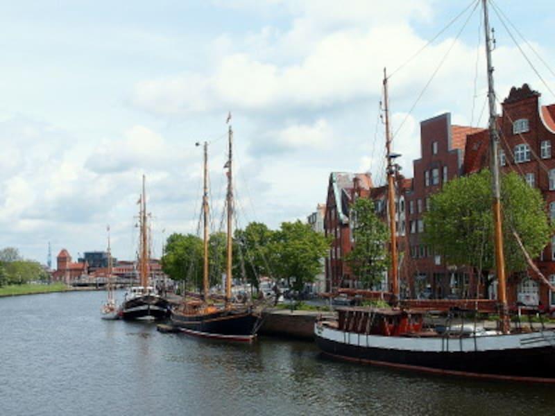 帆船や遊覧船が浮かぶ港