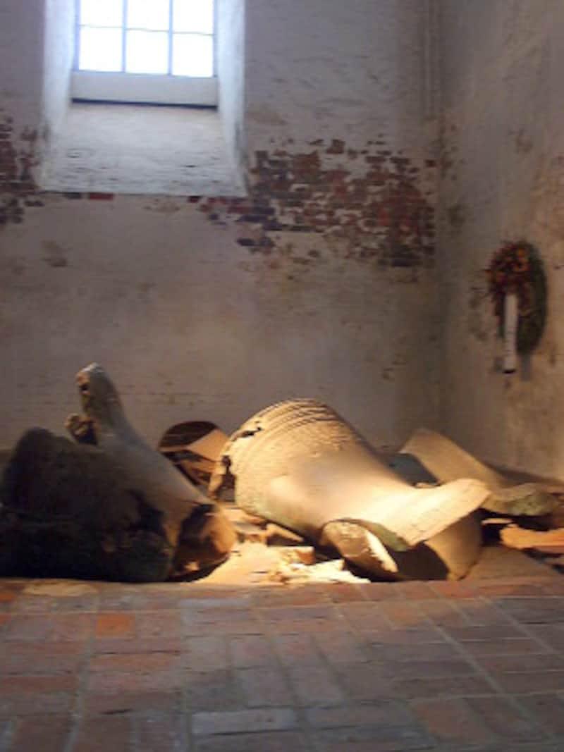 戦争の悲惨さを伝える壊れた鐘