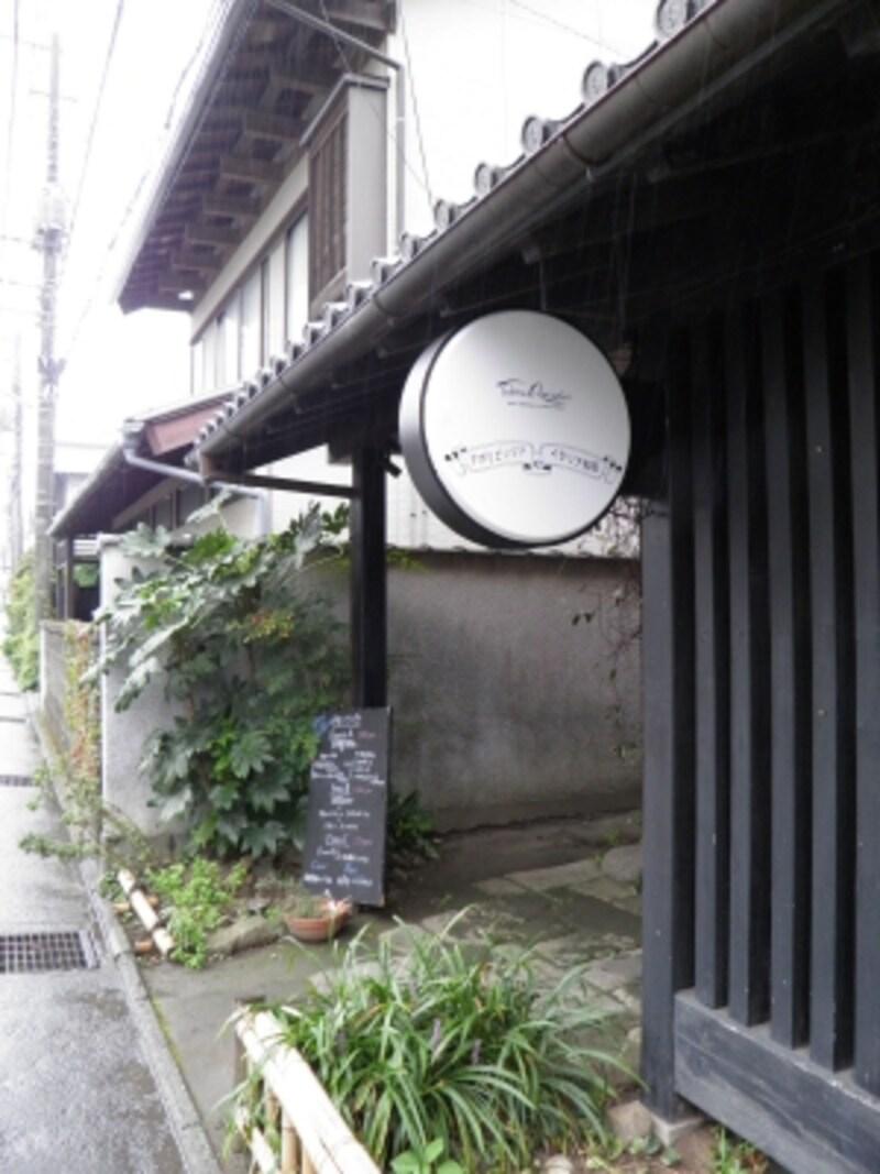 東慶寺門前に立つ黒板塀のシックな建物