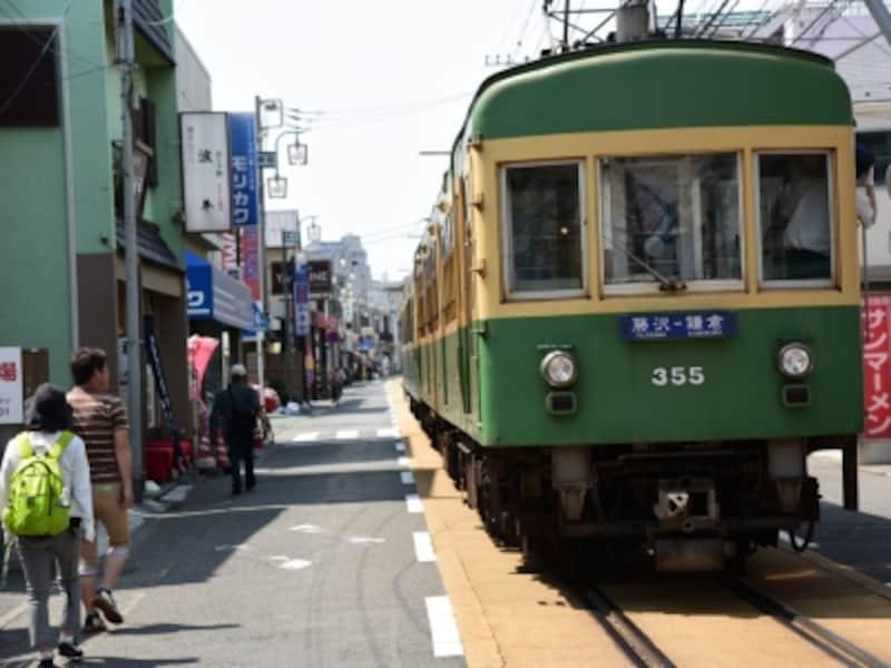 腰越駅と江ノ島駅の間の路面電車区間を走る江ノ電