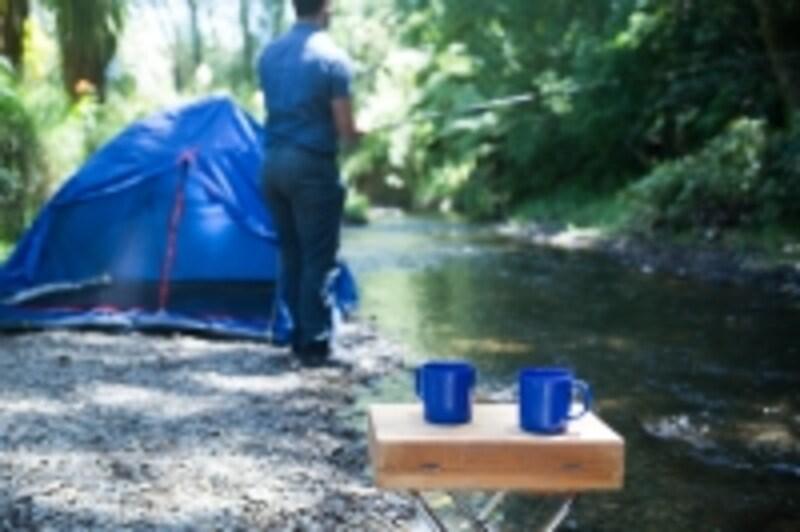 河原にテントを張っている