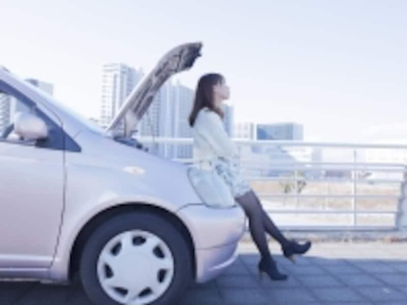 車の事故でむくれる女の子